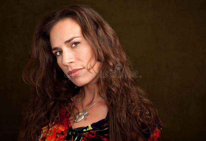 Mooie Vrouw op Groene Achtergrond royalty-vrije stock afbeelding