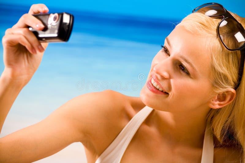 Mooie vrouw op het strand stock afbeelding