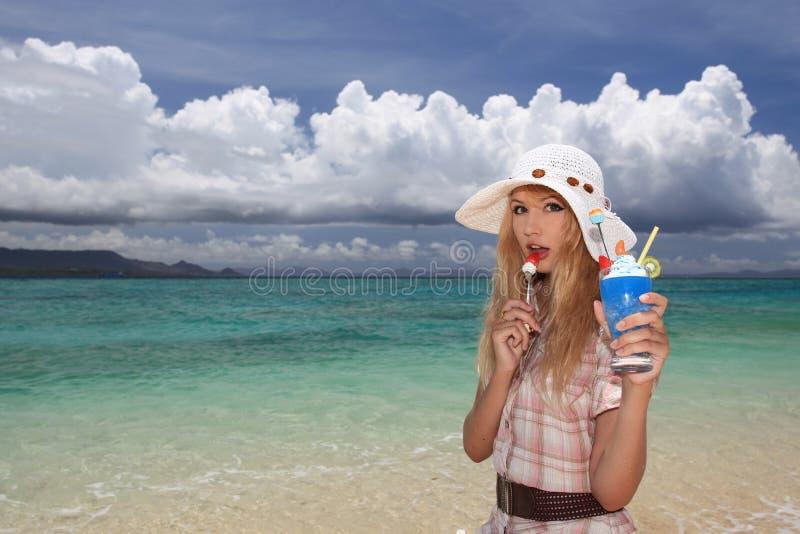 Mooie vrouw op het strand stock foto's
