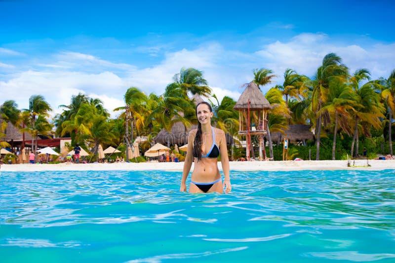 Mooie vrouw op Norten-strand, Isla Mujeres-eiland, Mexico stock afbeeldingen