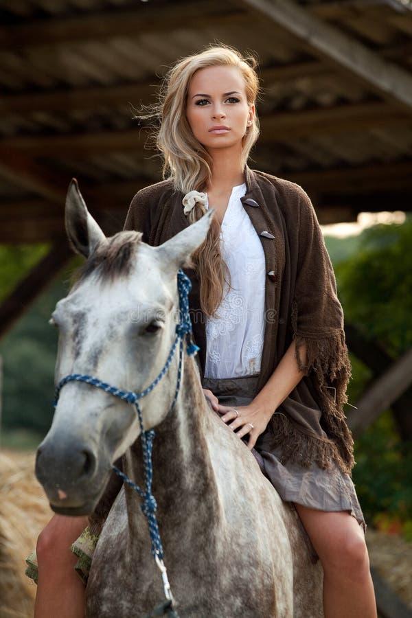 Mooie Vrouw op Paard stock afbeeldingen