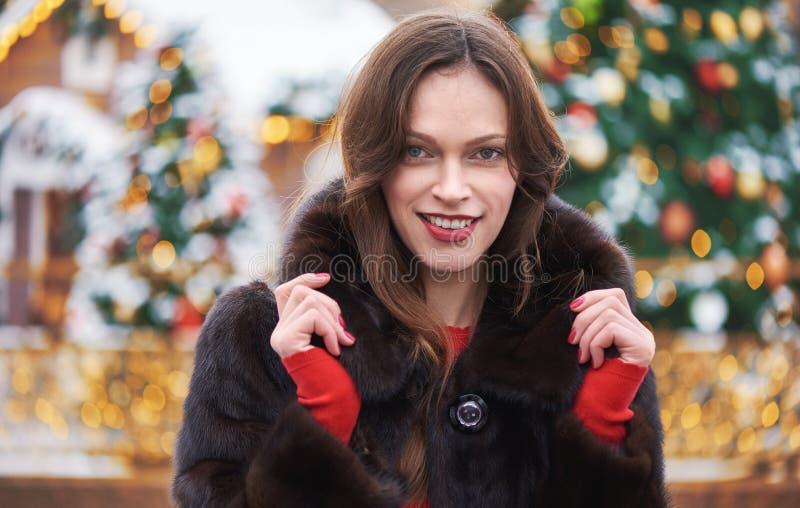 Mooie vrouw op straat op kerstdag royalty-vrije stock foto's