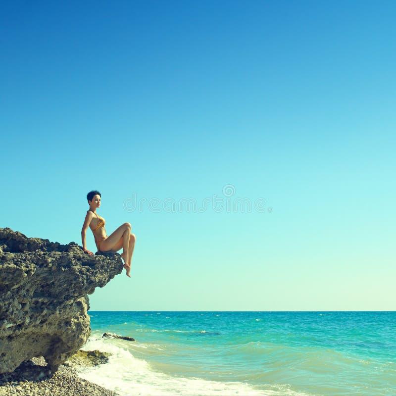 Mooie vrouw op strand royalty-vrije stock foto