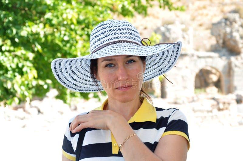 Mooie vrouw op vakantie in Turkije Hoed stock fotografie