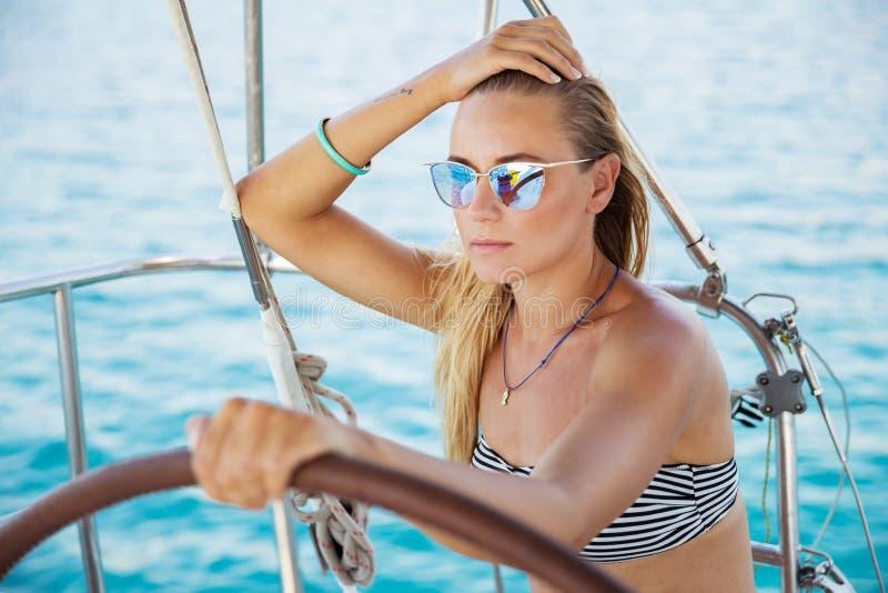 Mooie vrouw op zeilboot stock afbeelding