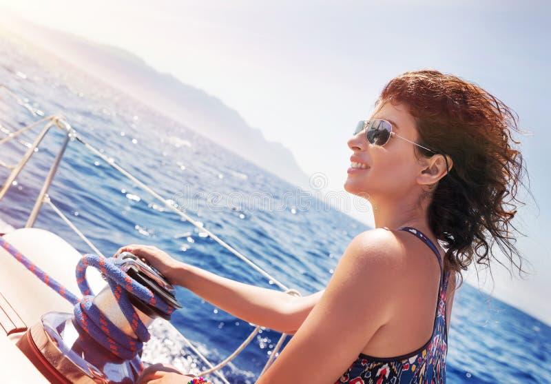 Mooie vrouw op zeilboot royalty-vrije stock afbeeldingen