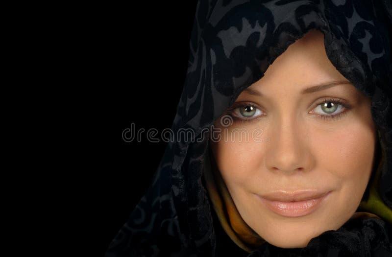 Mooie Vrouw op Zwarte royalty-vrije stock afbeelding