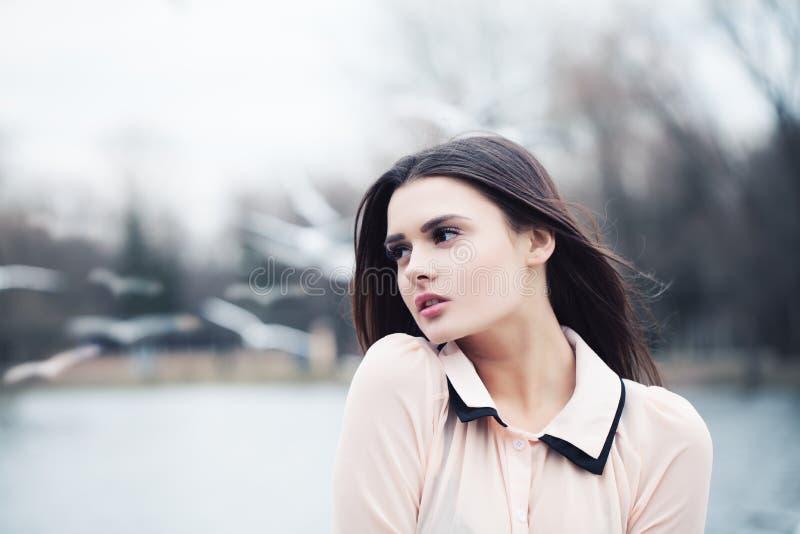 Mooie vrouw in openlucht Melancholie stock afbeeldingen