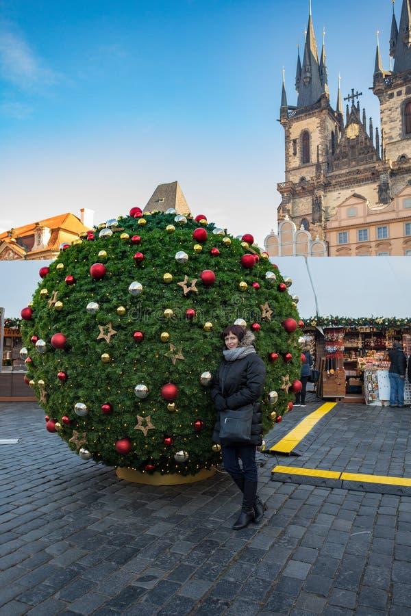 Mooie Vrouw in Oud de Stadsvierkant van Praag stock foto