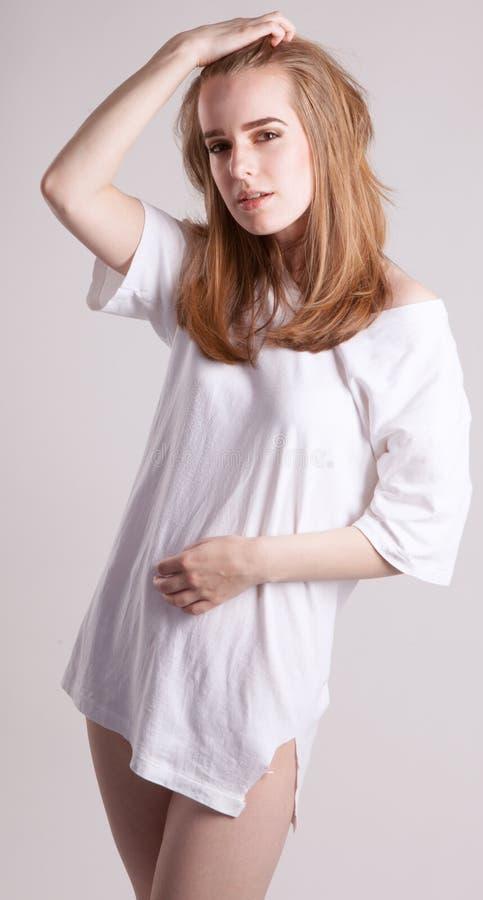 Download Mooie Vrouw In Overmaatse T-shirt Stock Foto - Afbeelding bestaande uit overhemd, meisje: 54082046