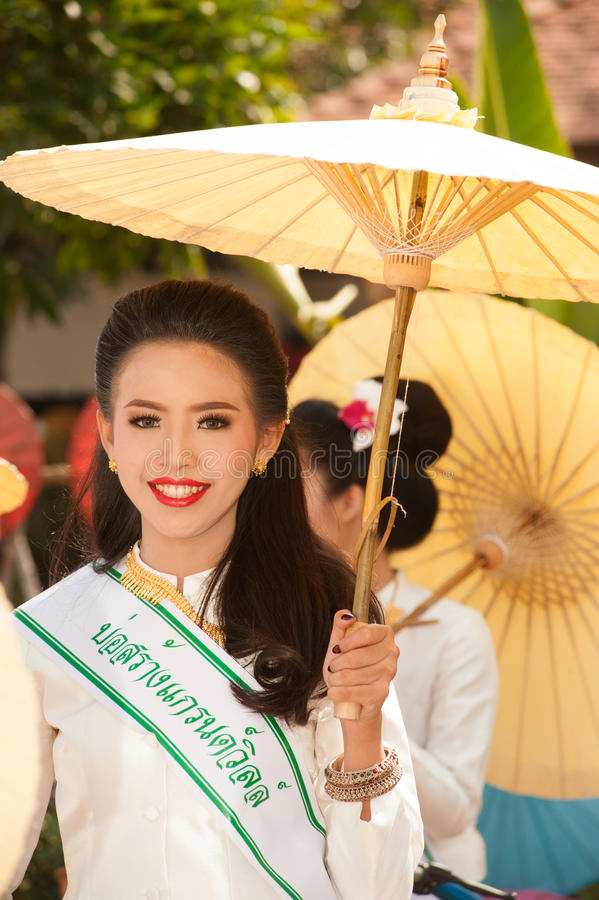 Mooie vrouw in parade, Paraplufestival in Thailand royalty-vrije stock afbeelding