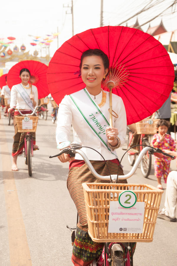 Mooie vrouw in parade, Paraplufestival in Thailand stock afbeelding
