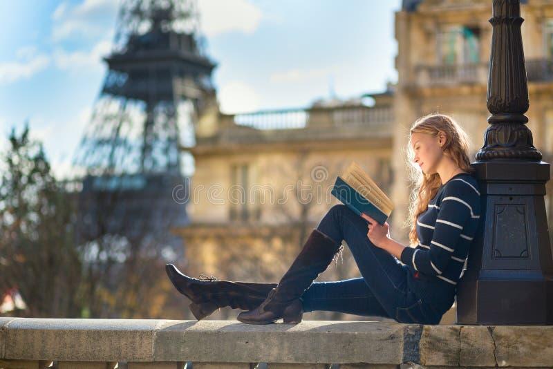 Mooie vrouw in Parijs, die een boek lezen stock foto's