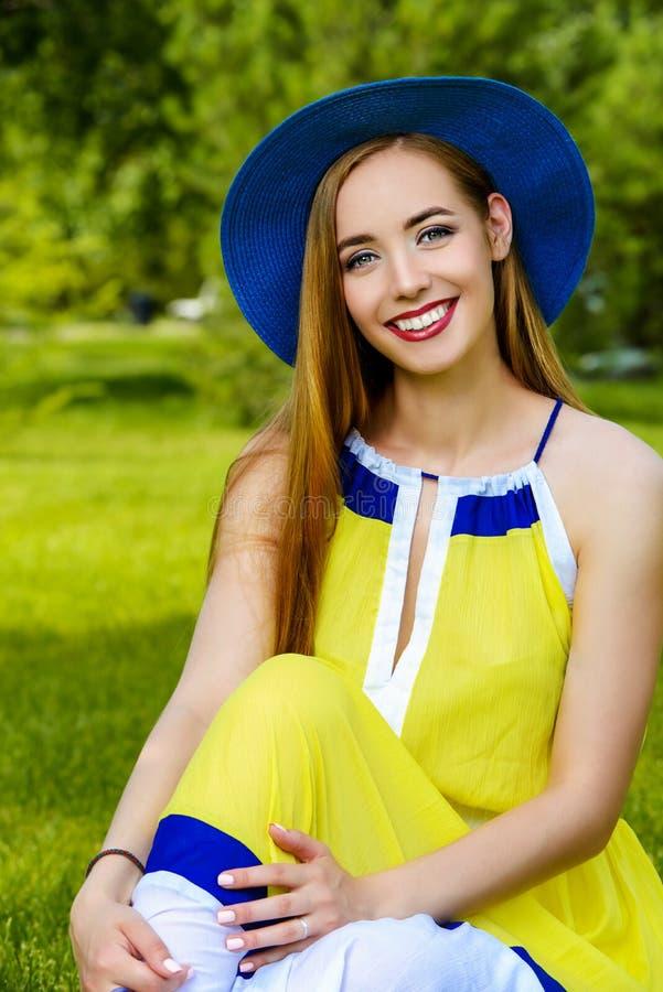 Mooie Vrouw in Park stock foto