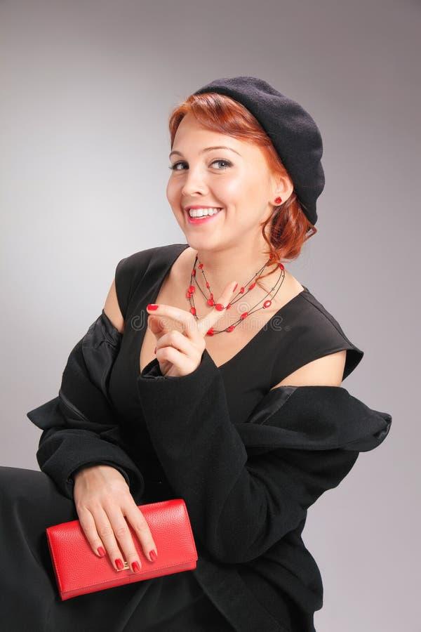 Mooie vrouw in retro stijl met rode toebehoren stock foto's