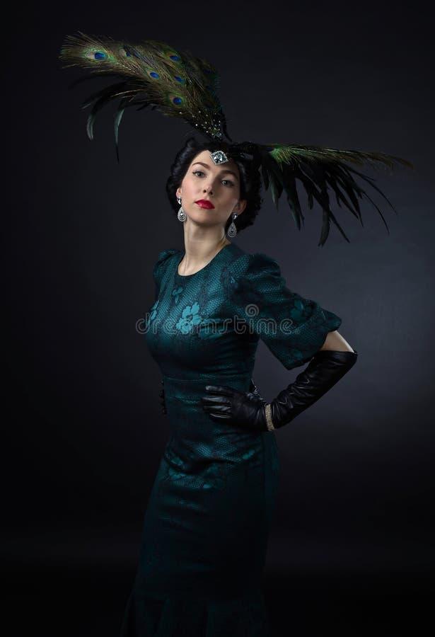 Mooie vrouw in retro stijl met veerdecoratie royalty-vrije stock afbeeldingen