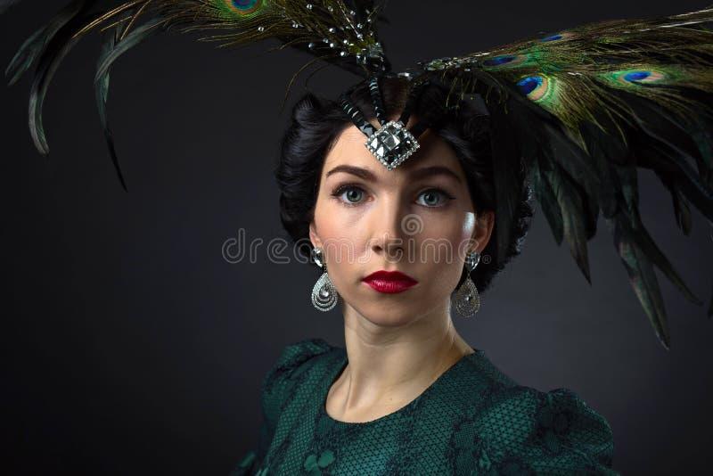 Mooie vrouw in retro stijl met veerdecration royalty-vrije stock afbeelding