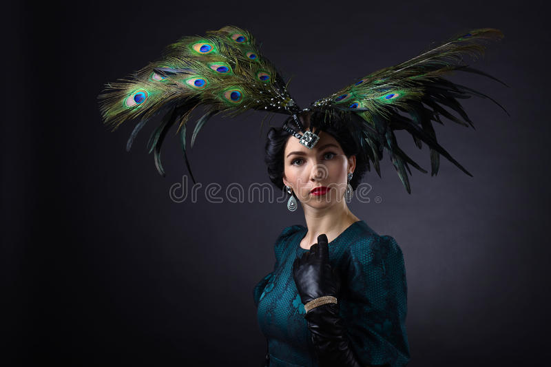 Mooie vrouw in retro stijl met veerdecration royalty-vrije stock foto's