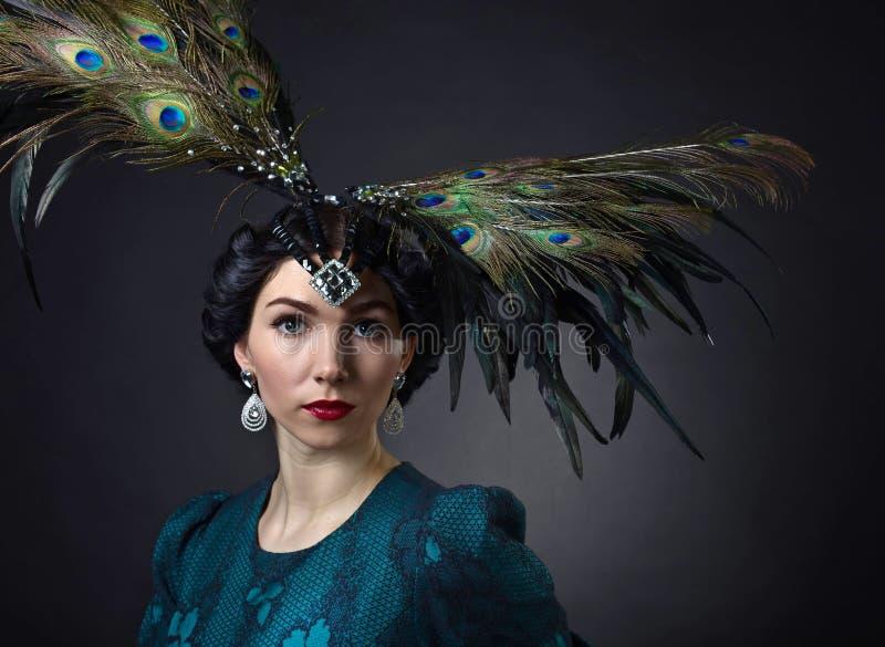 Mooie vrouw in retro stijl met veerdecration royalty-vrije stock foto