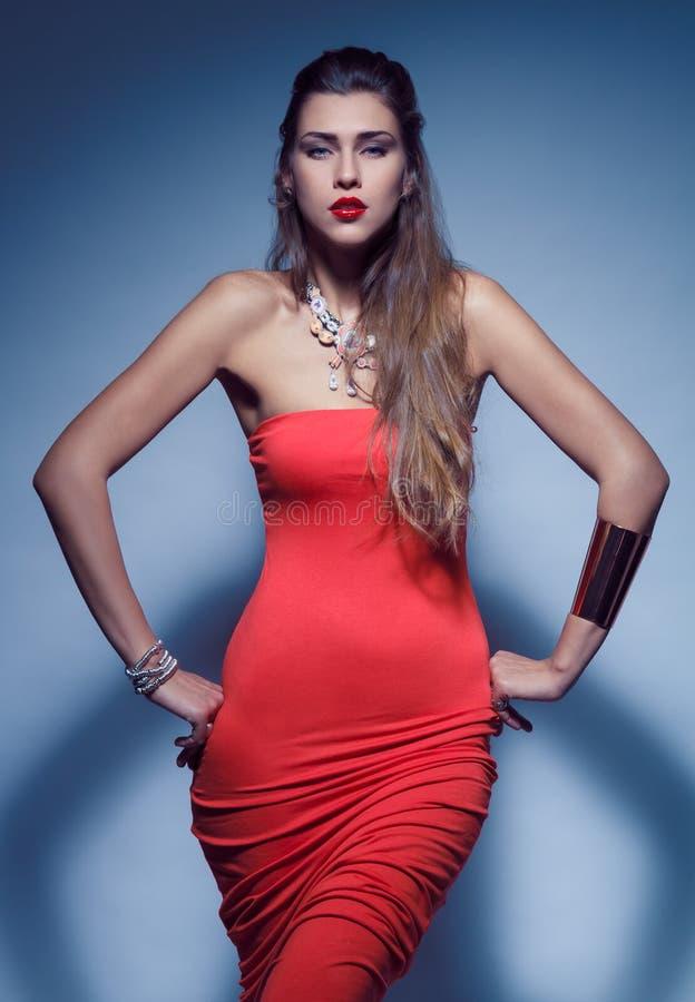 Mooie vrouw in rode kleding stock fotografie