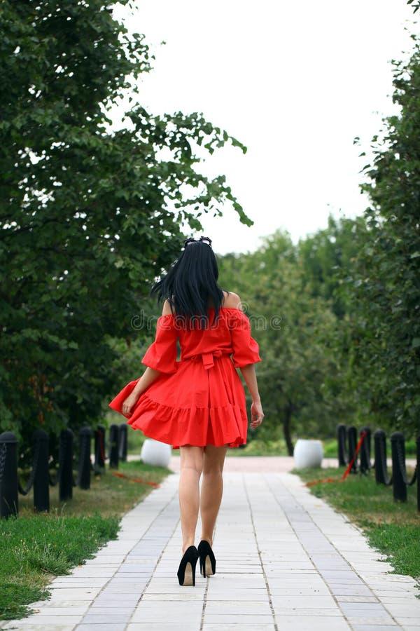 Mooie vrouw in rode kleding royalty-vrije stock foto's