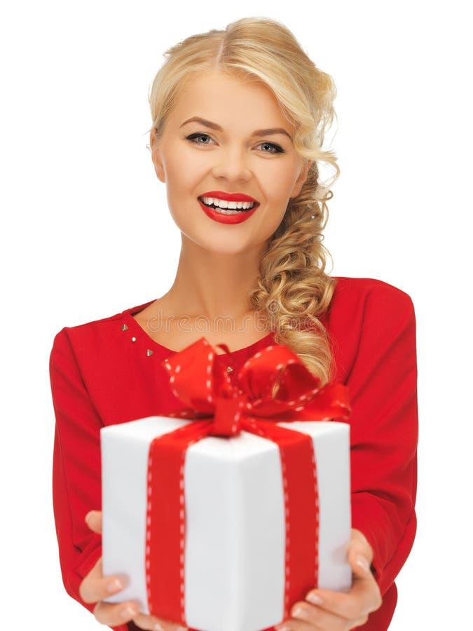Mooie vrouw in rode kleding met heden royalty-vrije stock afbeelding
