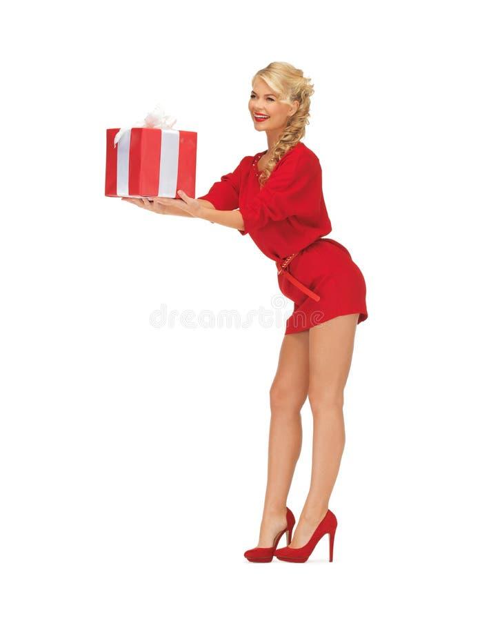 Mooie vrouw in rode kleding met heden stock foto