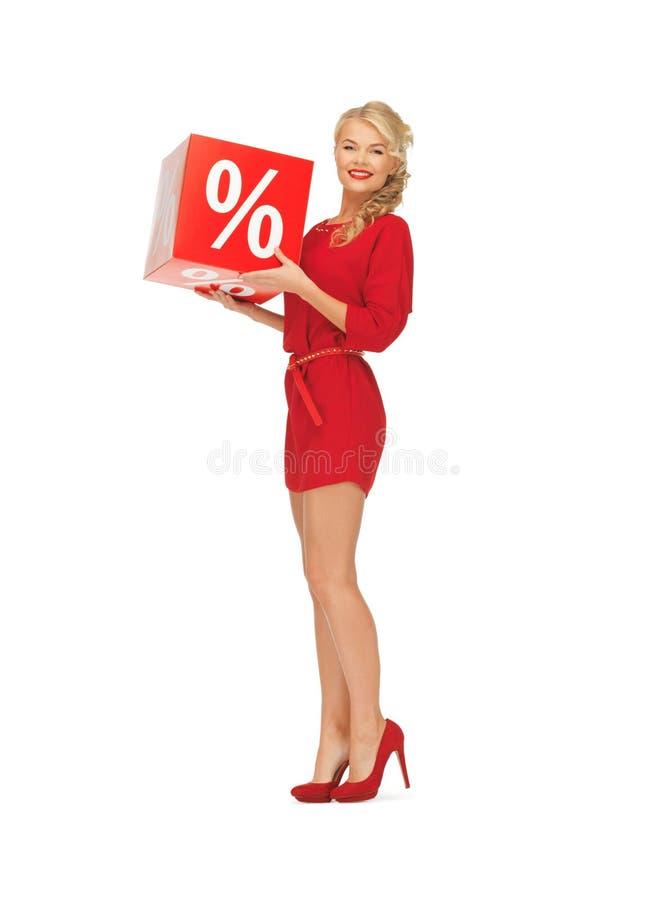 Mooie vrouw in rode kleding met percententeken royalty-vrije stock fotografie