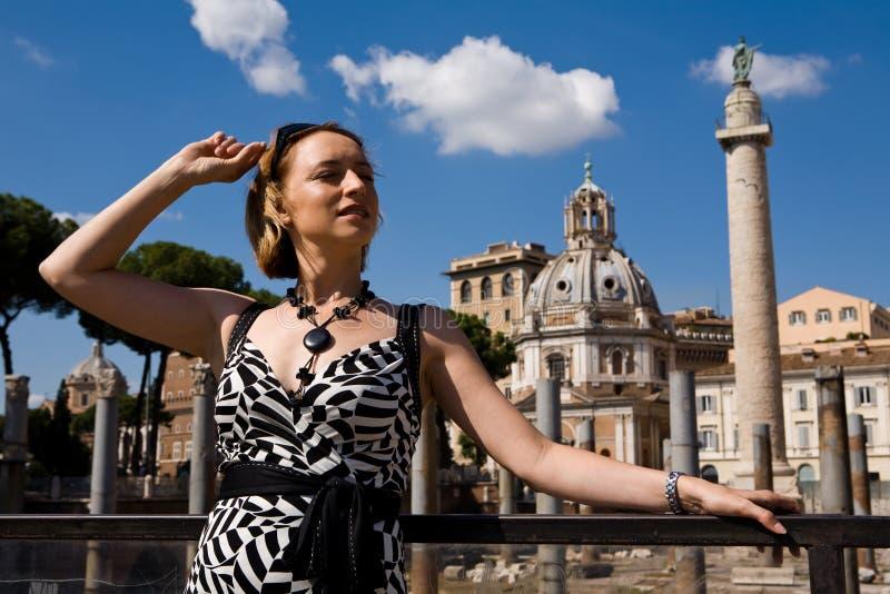 Mooie vrouw in Rome stock fotografie