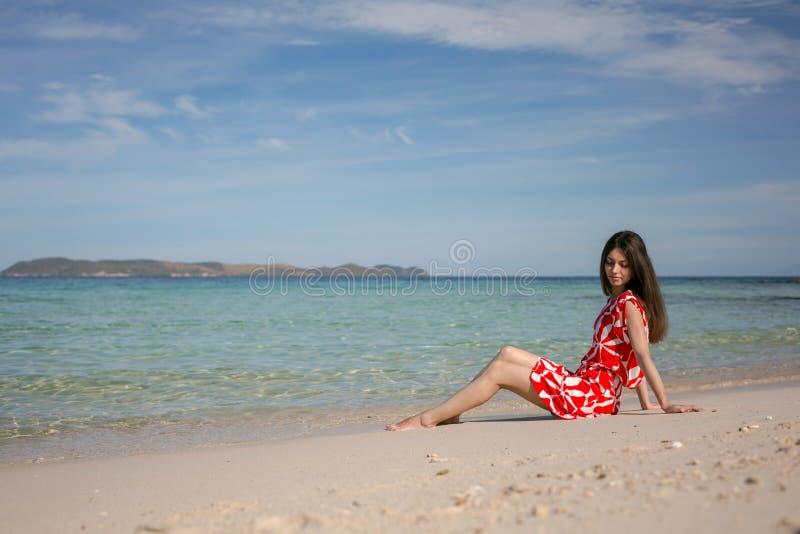 Mooie vrouw in rood stock foto's