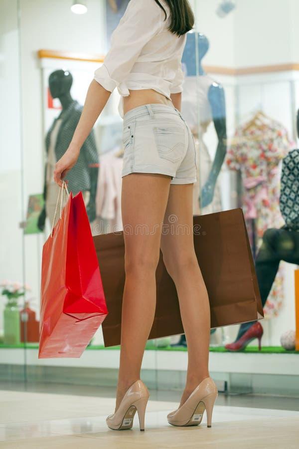 Mooie vrouw in sexy jeansborrels in de winkel royalty-vrije stock fotografie