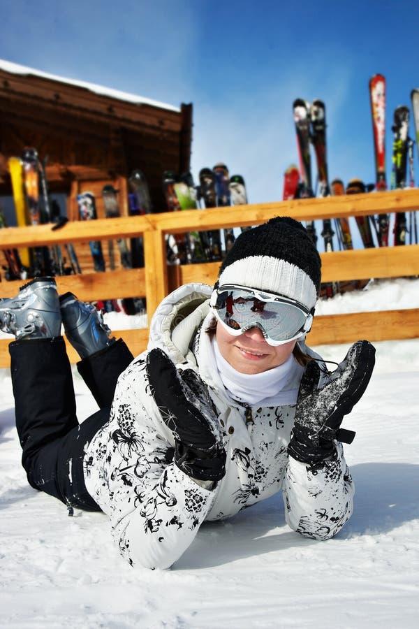 Mooie vrouw in skitoevlucht stock afbeeldingen