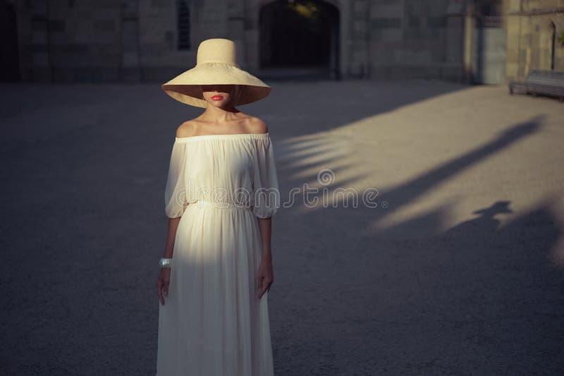 Mooie vrouw in strohoed royalty-vrije stock afbeelding