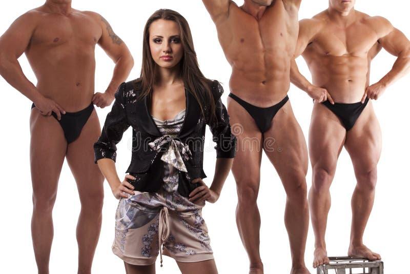 Mooie vrouw tegen atleet stock afbeeldingen