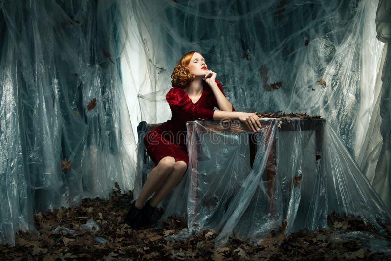 Mooie vrouw tegen de herfstdecoratie. Manier royalty-vrije stock foto's