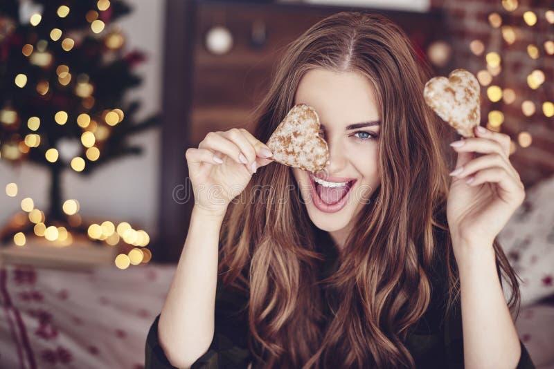 Mooie vrouw tijdens Kerstmistijd stock foto
