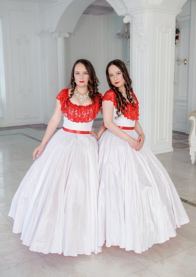 Mooie vrouw twee in middeleeuwse kleding met hoepelrok in Ha royalty-vrije stock fotografie