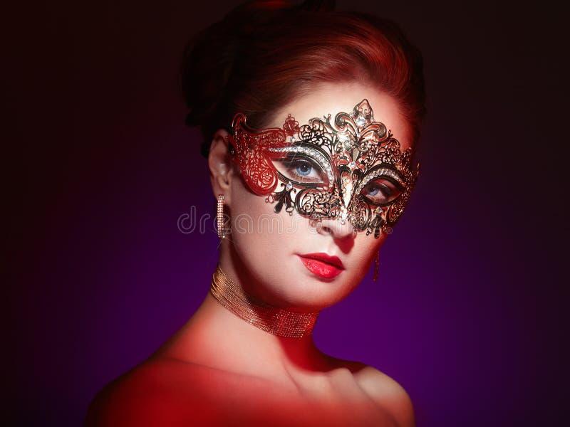 Mooie vrouw in Venetiaans maskerademasker stock foto