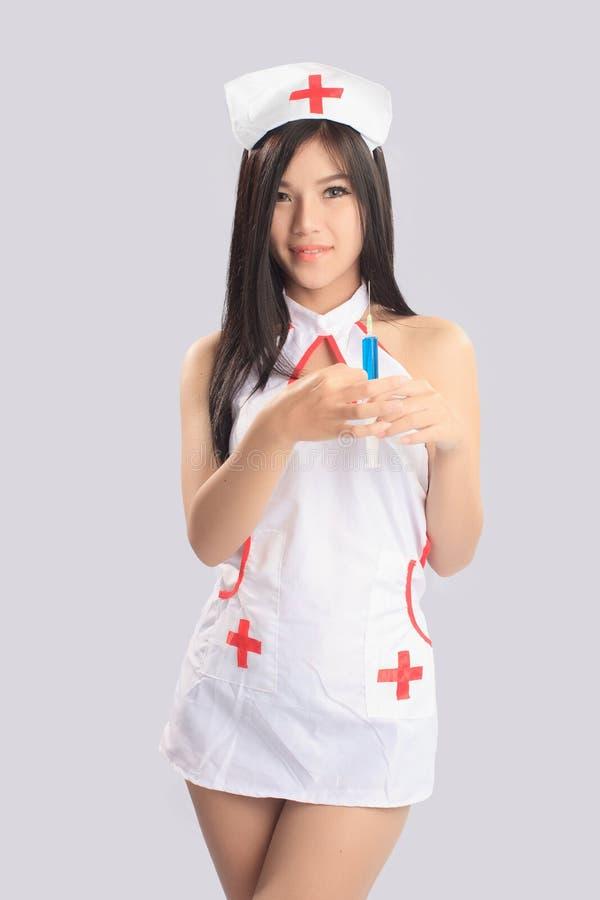 Mooie vrouw in verpleegsterskostuum stock afbeeldingen