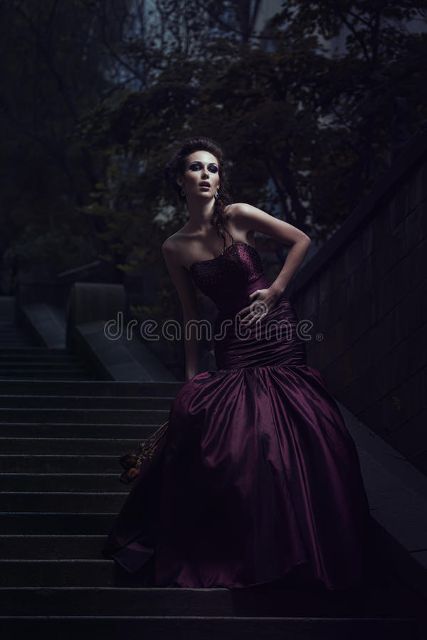 Mooie vrouw in violette kleding royalty-vrije stock afbeeldingen
