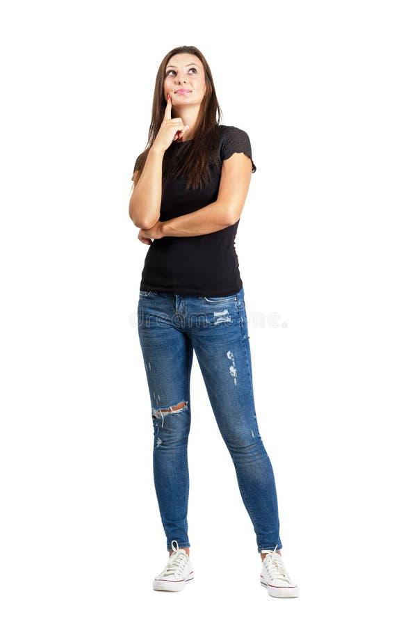 Mooie vrouw in vrijetijdskleding het denken stock foto's