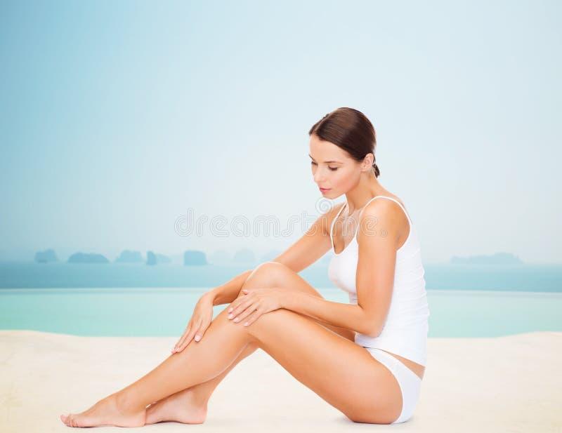 Mooie vrouw wat betreft haar benen royalty-vrije stock foto's