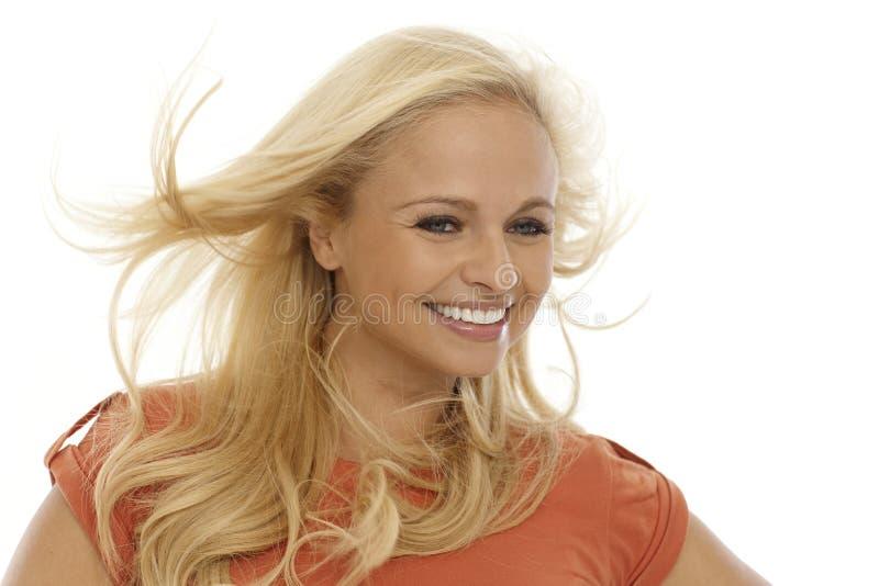 Mooie vrouw in wind het glimlachen royalty-vrije stock afbeeldingen
