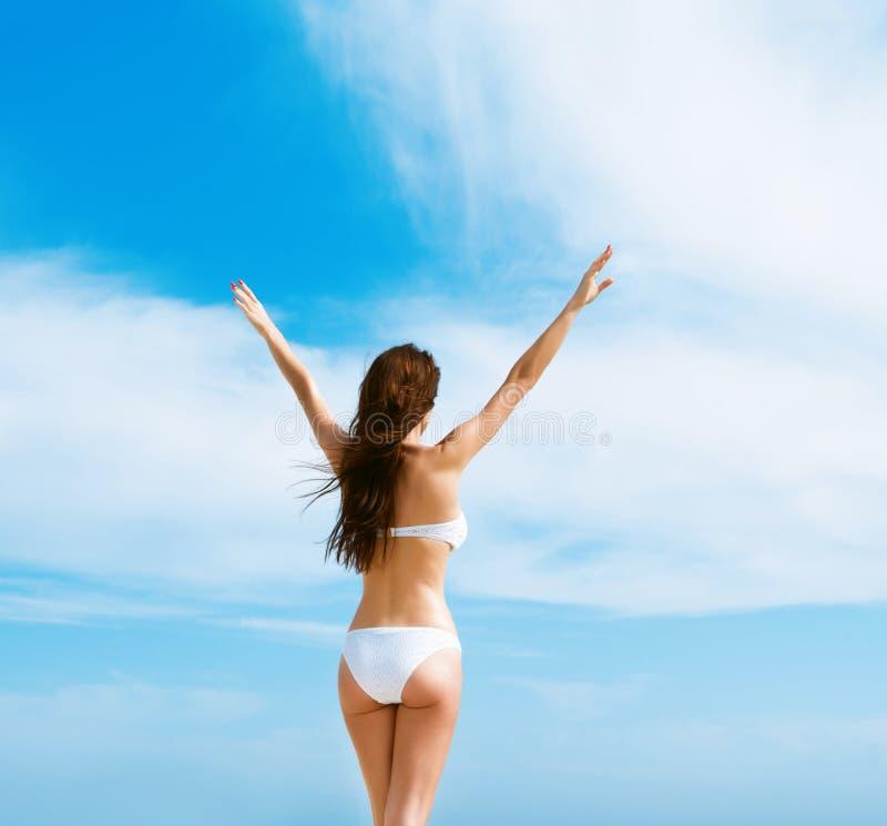 Mooie vrouw in witte bikini royalty-vrije stock foto