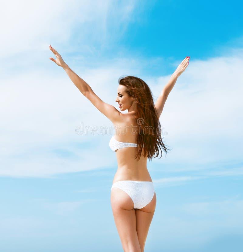 Mooie vrouw in witte bikini stock afbeeldingen