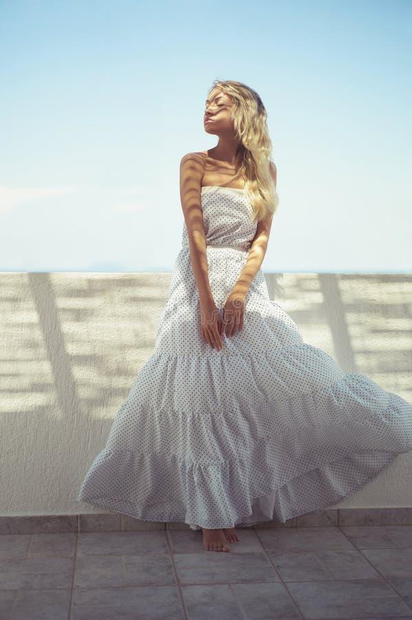 Mooie vrouw in witte kleding royalty-vrije stock afbeeldingen