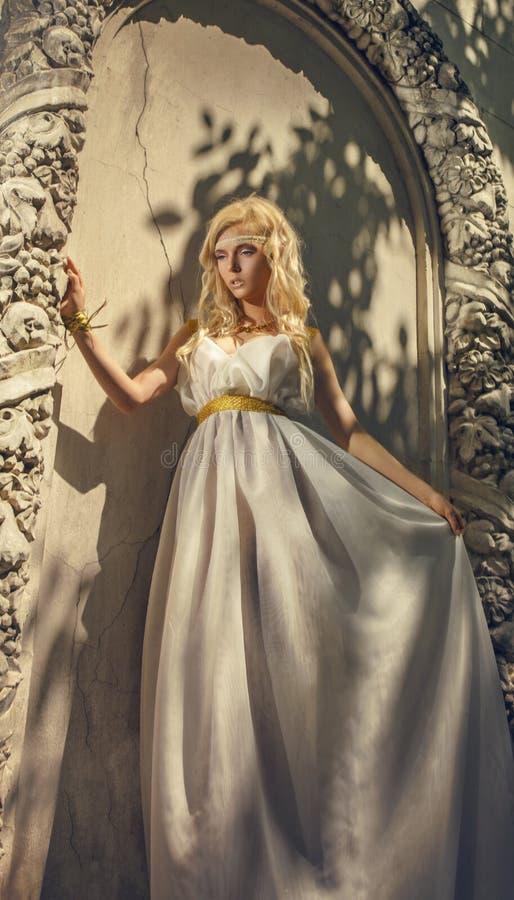 Mooie vrouw in witte kleding in de Griekse stijl stock fotografie