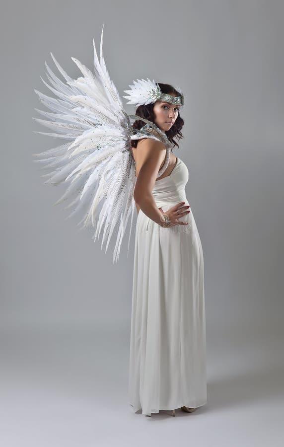 Mooie vrouw in witte kleding met engelenvleugels stock afbeelding