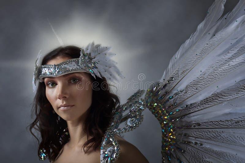 Mooie vrouw in witte kleding met engelenvleugels stock foto
