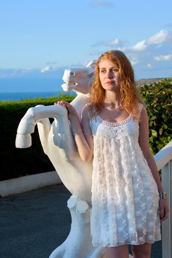 Mooie vrouw in witte kleding op zonsondergang royalty-vrije stock afbeeldingen